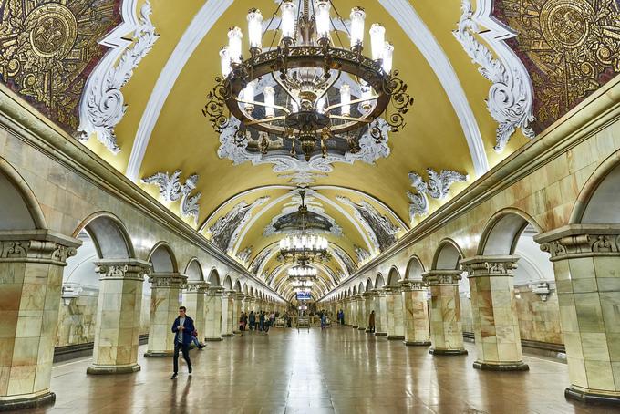 Được mệnh danh là một trong những hệ thống tàu điện đẹp nhất thế giới, các trạm tàu điện ngầm ở Thủ đô Nga là điểm du lịch bạn không thể bỏ lỡ nếu có dịp đến đây. Tính đến năm 2017, Moskva Metro có 247 trạm, tổng chiều dài 346 km phục vụ hơn 12.000 người mỗi năm, chưa kể du khách. Mỗi trạm thiết kế theo một kiểu khác nhau, nếu muốn đi hết thì bạn phải mất một buổi, có khi cả ngày mới xong. Hoạt động từ năm 1952 đến nay, trạm Komsomolskaya gây ấn tượng với phong cách nghệ thuật thời kỳ Phục Hưng, trụ ốp đá sáng choang, trần nhà mái vòm màu vàng ốp hoa văn tinh xảo, có cái mạ vàng. Những dàn đèn chùm cầu kỳ khiến nơi đây trông như phòng khiêu vũ hơn là ga tàu điện ngầm. Ảnh: Joao Eduardo Figueiredo