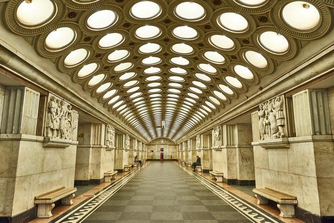 Elektrozavodskaya đặt theo tên nhà máy bóng đèn gần đó, trần nhà lắp 6 hàng bóng đèn hình tròn dọc lối đi, tổng cộng 318 cái chiếu sáng cả ngày. Vị kiến trúc sư đầu tiên thiệt mạng khi chiến tranh bùng nổ, khiến quá trình xây dựng bị gián đoạn một thời gian. Năm 1944, chiến tranh thế giới lần thứ II đang diễn ra thì nó được một kiến trúc sư khác hoàn thành với những bức phù điêu gắn trên tường, kể về cuộc chiếc ác liệt này. Ảnh: Joao Eduardo Figueiredo