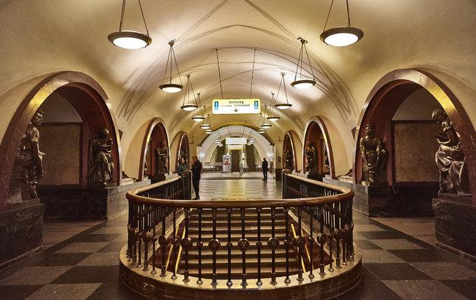 """Đặt chân vào ga Ploshchad Revolyutsii gần quảng trường Đỏ, bạn có cảm giác như bước vào một bảo tàng với 76 bức tượng đồng mô phỏng người dân Liên Xô dựng dưới chân các mái vòm bằng đá cẩm thạch đỏ. Tương truyền, bạn sẽ gặp may mắn nếu sờ vào mũi tượng chú chó bằng đồng ở đây, vì thế hầu hết du khách lẫn người địa phương đều tranh thủ """"thử vận"""" nếu có dịp ghé trạm tàu này. Ảnh: Joao Eduardo Figueiredo"""