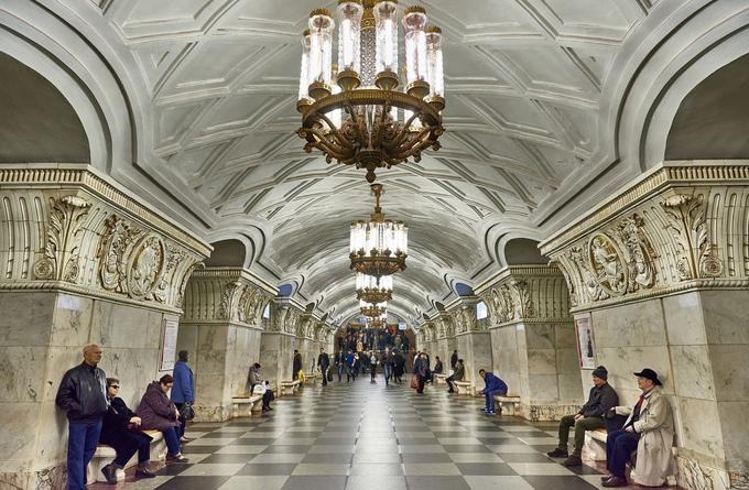 Ở Nga, không hiếm thấy những chùm đèn pha lê tinh xảo chiếu sáng trong ga tàu, và Prospekt Mira cũng vậy, hầu hết du khách khi đến đây đều thích thú với kiểu đèn hoàng gia này. Các trụ được ốp hoa văn cầu kỳ, không gian xa hoa. Nếu không nói, có lẽ ít người nghĩ rằng đây đơn thuần chỉ là một ga tàu điện ngầm. Ảnh: Joao Eduardo Figueiredo