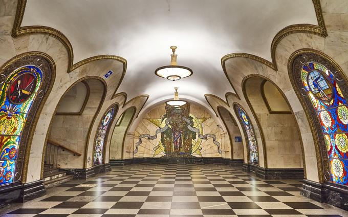 Novoslobodskaya là một trong những trạm tàu điện được người dân Nga yêu mến nhất. 32 ô cửa kính nhiều màu sắc, viền đồng tinh xảo như những ô cửa ở các nhà thờ lớn bên dưới lòng đất, tạo cảm giác bí ẩn. Ảnh: Joao Eduardo Figueiredo