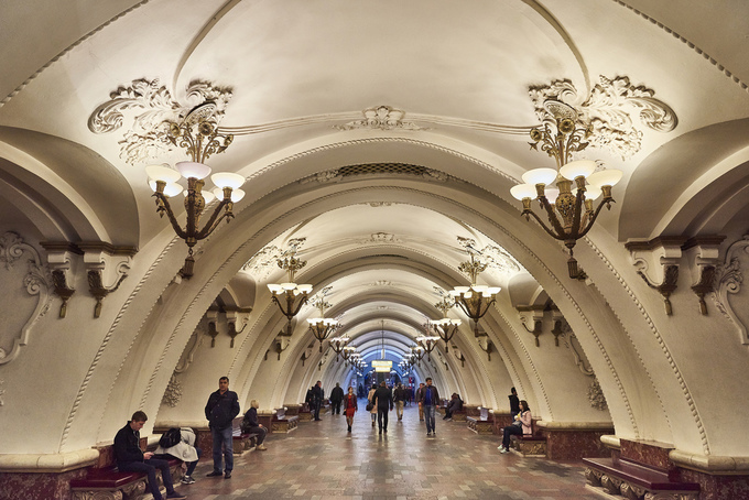 Nhà ga Sokol khai trương vào năm 1938 hút mắt bởi hàng cột thiết kế kiểu hình vòm tròn, bay bổng từ nhiều vật liệu như đá cẩm thạch trắng và xám, đá granite, gạch men trắng. Ảnh: Joao Eduardo Figueiredo