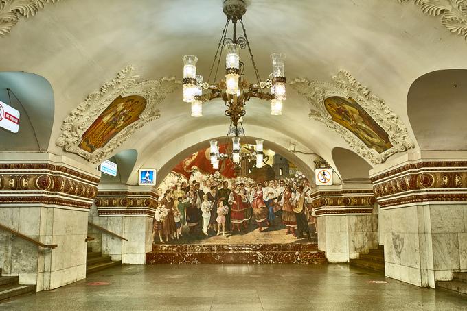 Thiết kế của Kievskaya được chọn từ một cuộc thi tổ chức ở Ukraine, từ nhiều họa sĩ, kiến trúc sư khác nhau. Đây là một trong những nhà ga nổi tiếng nhất, trông như một phòng triển lãm tranh với những bức hình cỡ lớn khảm lên tường, cuối ga là bức chân dung lãnh tụ Lenin. Nhân viên nhà ga phải lau chùi thường xuyên các bức vẽ để bảo trì. Ảnh: Joao Eduardo Figueiredo