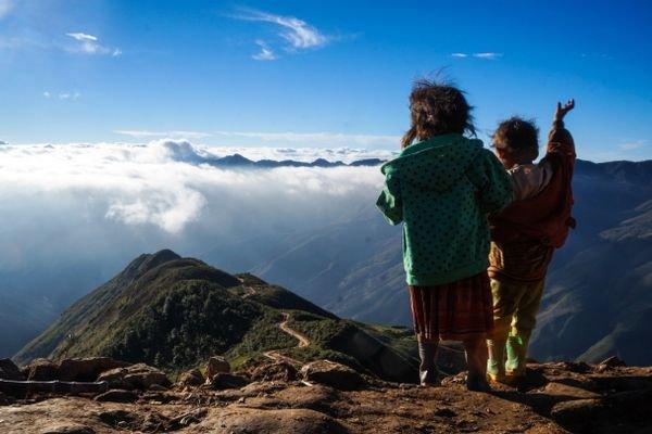 Vùng núi Tà Xùa thuộc các xã Tà Xùa, Háng Đồng, Hang Chú, Làng Chếu với độ cao trung bình 1.200-2.000m so với mực nước biển, là điểm đến yêu thích của dân phượt, nhiếp ảnh trong thời gian gần đây.