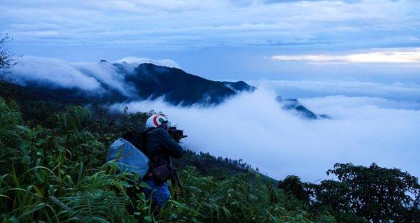 Một nhiếp ảnh gia đang săn mây. Địa hình Tà Xùa gồm các dãy núi cao, trùng điệp bao quanh vùng thung lũng ít gió nên mây thường quyện lại, bồng bềnh và rất lâu tan.