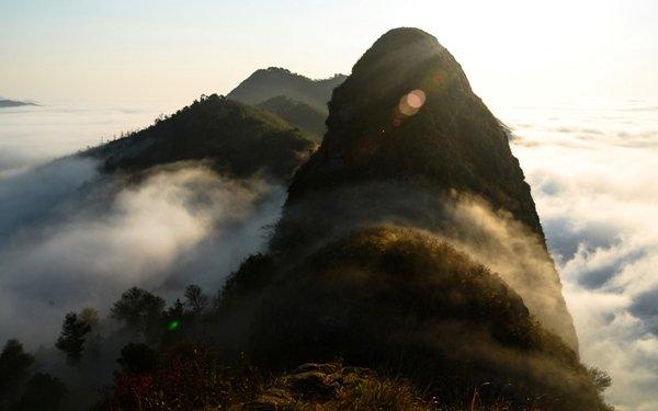Mây và núi giữa vệt nắng đầu ngày. Du khách có thể ngắm biển mây từ 5 giờ 30 phút đến tầm 10-11 giờ sáng, khi nắng đã nhô cao gần đỉnh đầu.