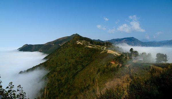Ngọn núi giữa như hòn đảo nhô lên giữa biển mây.
