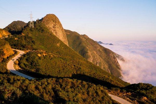 Đường lên Tà Xùa một bên là núi, một bên là biển mây.