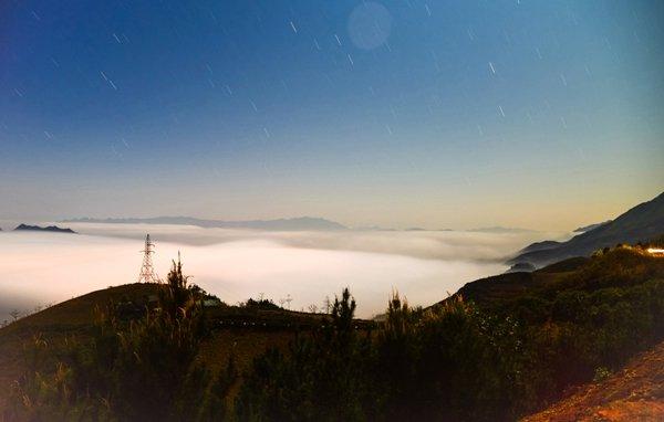 Du khách có máy ảnh tốt có thể săn được cả ảnh mây đêm. Trong ảnh là sao và mây đêm ở thung lũng núi Tà Xùa.