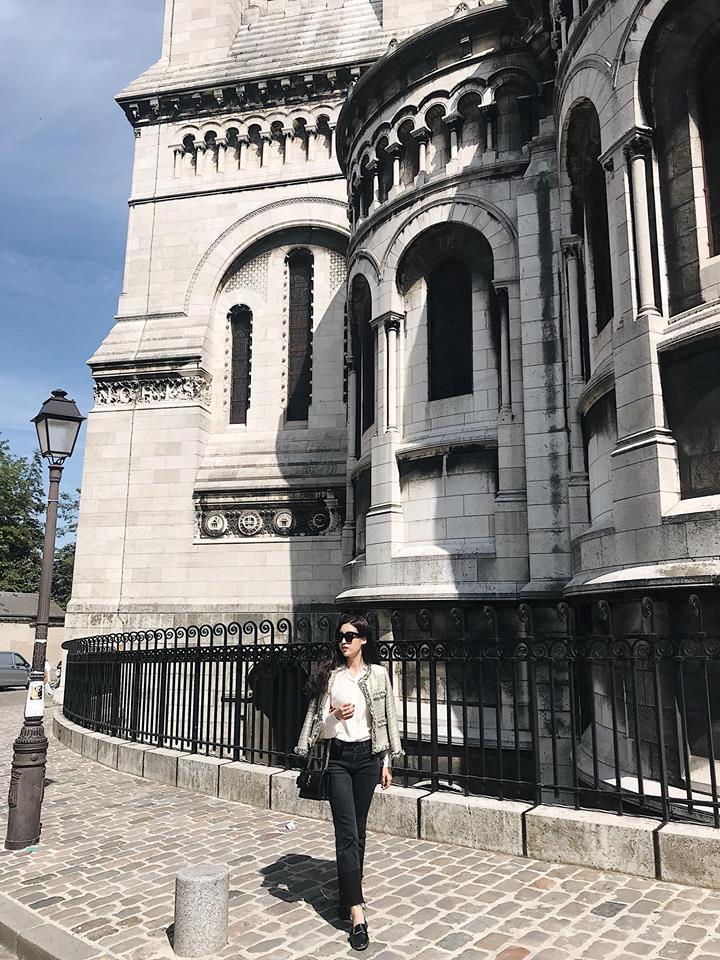 Rời Cannes, Đỗ Mỹ Linh ghé thăm đại lộ Champs Elysees tại Paris. Là đại lộ nối hai quảng trường Concorode và Etoile, Champs Elysees là một trong những điểm thu hút du khách nhất của Paris với nhiều cửa hàng, quán cà phê, rạp chiếu phim nổi tiếng.