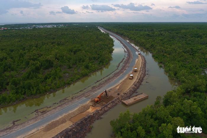 Đường Hồ Chí Minh xuyên rừng Cà Mau về Đất Mũi đang trong giai đoạn hoàn thành - Ảnh: HỮU KHOA