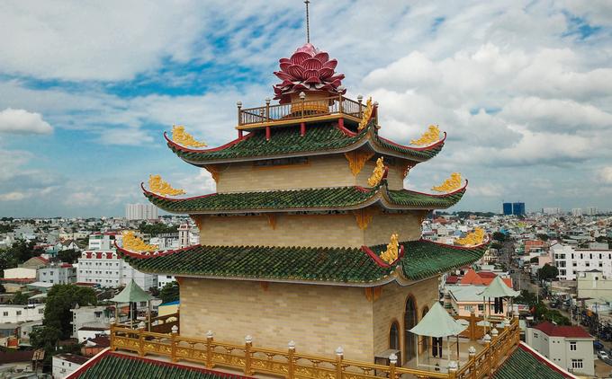 Chánh điện chùa có kết cấu như một ngôi tháp cao lớn với chín tầng, trên đỉnh là đài hoa sen, loài hoa gắn liền với Phật giáo. Phần mái lợp ngói lưu ly màu xanh, trên các đầu đao có gắn hoa văn hình bông sen cách điệu.