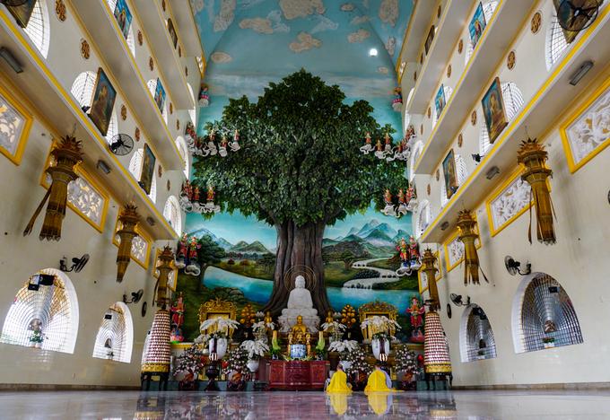 """Khu nội điện thờ Phật với không gian rộng rãi, phía trên trần cao hơn gần 40 m. Nơi đây tôn trí tượng Phật Thích Ca và Tam thế Phật. Đặc biệt, trung tâm nội điện là bức phù điêu nổi hình cây bồ đề và phong cảnh sông Ni Liên Thiền. Trung tâm sách kỷ lục Việt Nam đã xác lập """"Bức phù điêu cây bồ đề đắp nổi lớn nhất nước""""."""