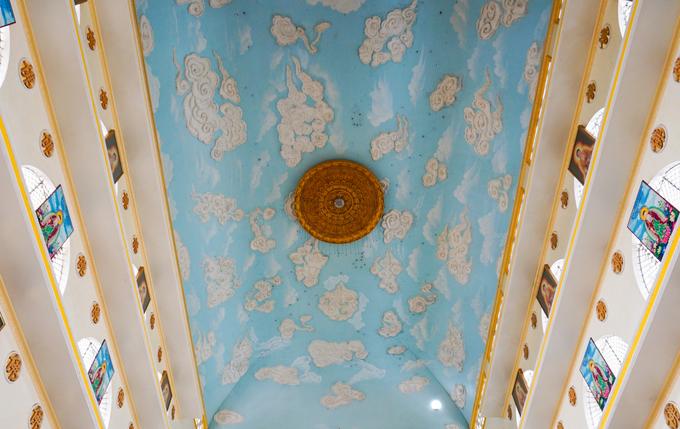 Phần trần nội điện được trang trí những bức phù điêu cảnh trời xanh, mây trắng. Trần ở độ cao gần 40 m, khiến khách tham quan có cảm giác như đang ngắm nhìn cả bầu trời bao la.