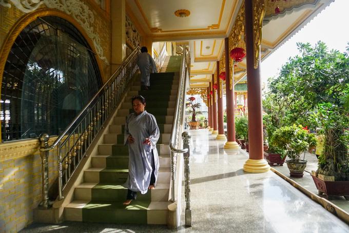 Tất cả cửa và cầu thang, hành lang... đều làm bằng thép trắng, xi măng, đá granite...với kiến trúc tinh xảo vừa mang tính truyền thống nhưng lại tân kỳ.