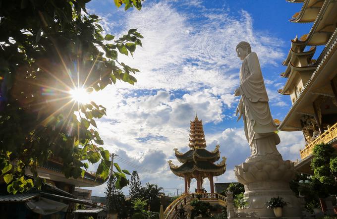 Cuối năm 2017, chùa xây dựng thêm bức tượng Phật cao khoảng 15 m, bằng đá nguyên khối ở ngay trước chánh điện. Đối diện tượng có đài Liên hoa, bên trong tôn trí tượng Quan Thế Âm Bồ tát.  Chùa Vạn Đức là một trong những công trình kiến trúc tôn giáo có quy mô lớn ở TP HCM. Ngoài giá trị về mặt thẩm mỹ, công trình còn là một kiểu mẫu cho nghệ thuật tạo hình trong kiến trúc hiện đại.