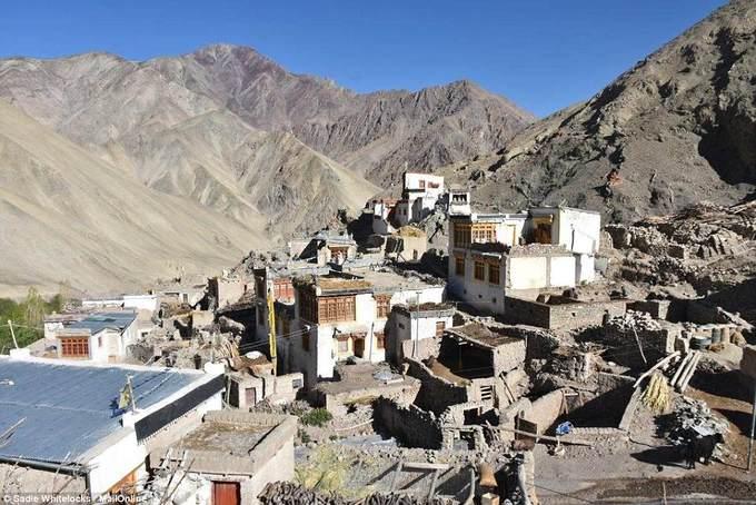 Ngôi làng Rumbak nằm ở độ cao 3.960 m so với mực nước biển, là làng hẻo lánh nhất thuộc vùng Ladakh, miền tây bắc Ấn Độ. Khoảng 200 người sinh sống trong ngôi làng nhỏ với kế sinh nhai chính là làm nông.