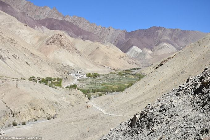 Những con đường dẫn tới làng Rumbak chỉ có thể di chuyển bằng lừa, đây cũng là loại phương tiện mà người dân dùng để vận chuyển hàng hóa và nhu yếu phẩm.