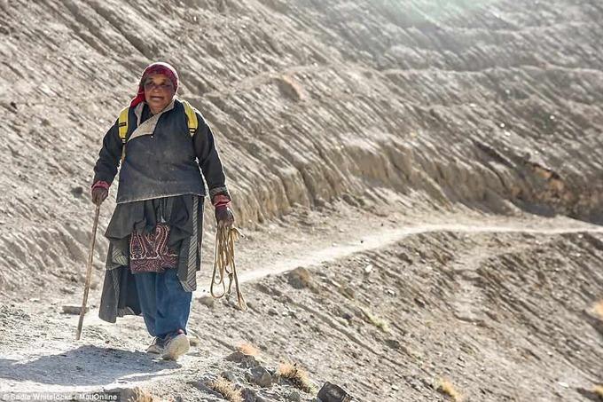 Người dân trong làng chỉ có thể sử dụng điện 3 tiếng mỗi ngày từ 20h đến 23h. Cả làng chỉ có một chiếc điện thoại dùng trong trường hợp khẩn cấp.