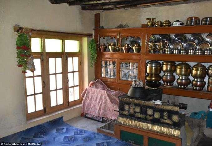 Những ngôi nhà ở Rumbak được xây dựng giống kiểu nhà của dân Tây Tạng với mái bằng, tường quét vôi trắng và các khung cửa sổ, cửa đi được chia thành nhiều ô, làm bằng gỗ. Theo phong tục của người dân địa phương, khách đến nhà phải cởi bỏ giày, dép ở ngoài mới được bước vào trong.  Đây là ngôi nhà của vợ chồng Lobzang Tsering, một căn phòng chính rộng, bày các loại ấm làm bằng đồng đỏ.