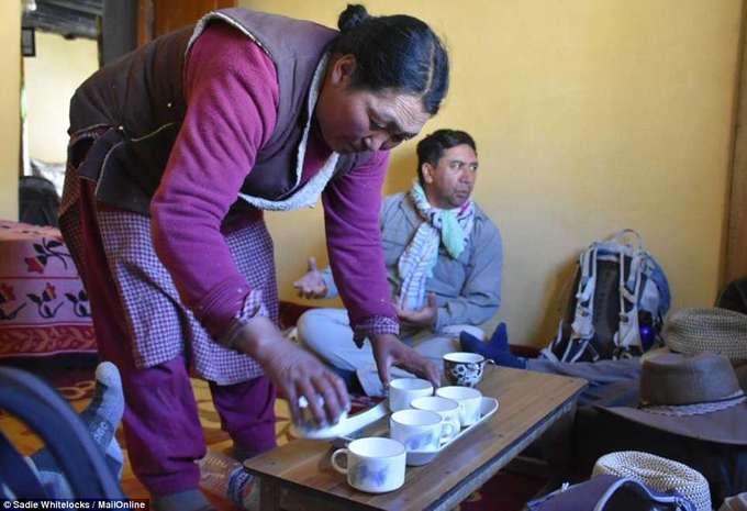 Vào mùa hè, căn phòng được dùng làm nơi nghỉ ngơi, trong khi mùa đông mọi người có thể ngủ hoặc quây quần đón khách rất ấm cúng. Nhiệt độ ở đây vào mùa đông có thể xuống tới -20 độ C với tuyết rơi dày.  Khách tới nhà Lobzang Tsering thường được mời những món địa phương như trà bơ làm từ sữa bò yak. Đây là loại trà có màu hơi nâu và một chút xanh của bơ, rất phổ biến ở các vùng núi thuộc dãy Himalaya như Nepal, Ấn Độ, Tây Tạng... Trà bơ là đồ uống nóng, chứa nhiều calo và rất tốt cho người dân sống ở vùng địa lý cao như ở Rumbak.