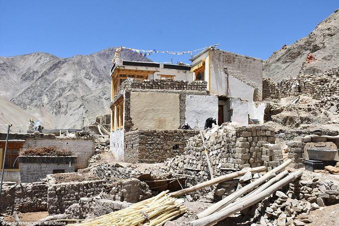 Ngôi làng Rumbak được cho là được xây dựng từ 400 năm trước. Nơi đây là điểm dừng chân ưa thích của những người mê trekking và thám hiểm ở các ngọn núi thuộc dãy Himalaya.