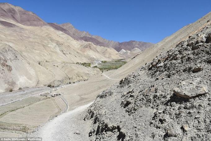 Dù đường sá ở đây vẫn chưa phát triển, chủ yếu là đường đất nhỏ hẹp, ôtô chưa tới được, những năm gần đây làng đã có thêm nhiều nhà làm homestay để đón các du khách đi trekking.