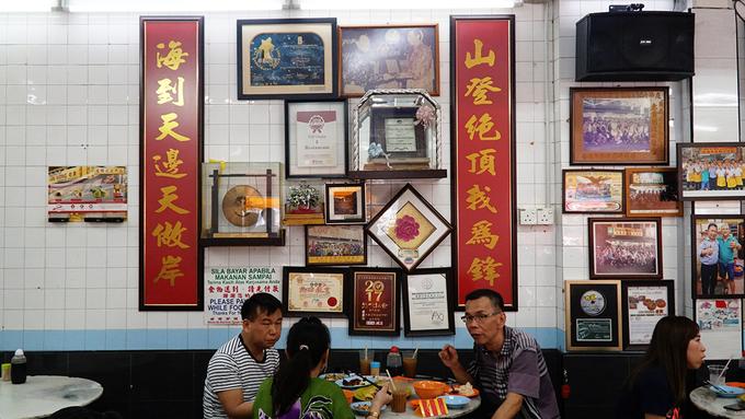 Nhà hàng Lou Wong nằm ở trung tâm phố cổ Ipoh, một trong những thành phố của bang Perak (Malaysia), cách Kuala Lumpur 200 km. Chủ quán là một người đàn ông gốc Hoa sinh sống ở Malaysia. Ông bắt đầu kinh doanh từ năm 1957. Ban đầu, nhà hàng chỉ là một tiệm cơm nhỏ bên đường. Sau một thời gian dài hoạt động, quán nổi tiếng và có không gian khang trang phục vụ thực khách.