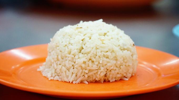 Theo chia sẻ của đầu bếp, gạo nấu cơm là loại gạo ngon của vùng. Gạo sau khi nấu cơm sẽ chiên sơ qua, ít dầu nên khi ăn không có cảm giác ngấy.