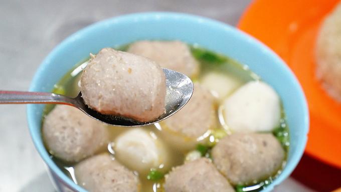 Khách đến quán sau khi thưởng thức hai món chính có thể gọi thêm súp bò viên. Viên bò mềm, thơm nức mùi bò mà không quá nhiều bột. Đây cũng là món súp đặc trưng trong văn hoá ẩm thực của người Hoa mới được quán phục vụ được gần chục năm.