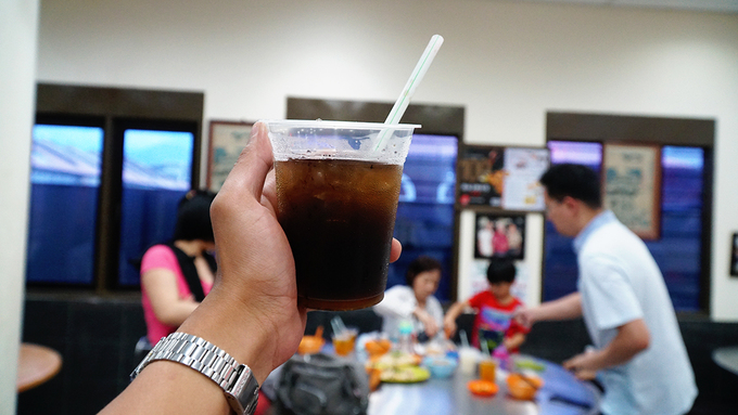 Trong thực đơn các loại nước giải khát, thực khách có thể yêu cầu nhân trần, la hán quả, trà đá... Giá suất ăn ở đây dao động từ 19 RM một người (khoảng 120.000 đồng).
