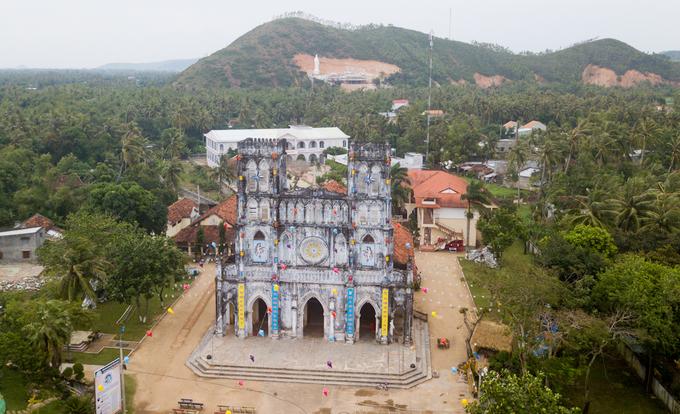 Nhà thờ Mằng Lăng (xã An Thạch, huyện Tuy An, Phú Yên) nằm trong khuôn viên rộng 5.000 m2 giữa vùng núi rừng. Nhà thờ được xây dựng từ năm 1892 nhưng phải 15 năm sau mới khánh thành.