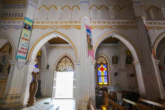 Quanh giáo đường được sơn tông màu trắng chủ đạo với những họa tiết chạm trổ tinh xảo trên những cánh cửa, mái vòm, trần nhà... của nhà thờ.