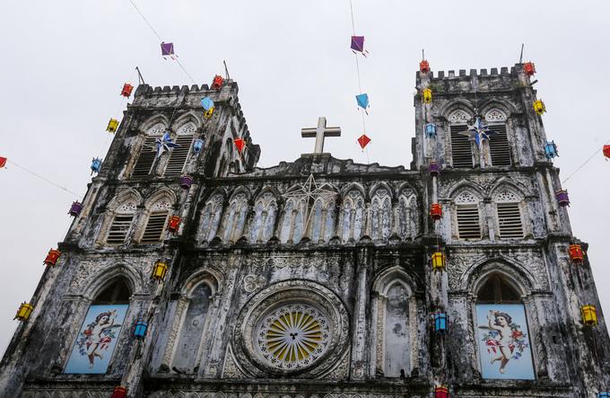 Nhà thờ xây theo kiến trúc Gothic với nhiều hoa văn trang trí. Hai bên nhà thờ có hai lầu chuông, chính giữa là thập tự giá nay vẫn còn nguyên vẹn.