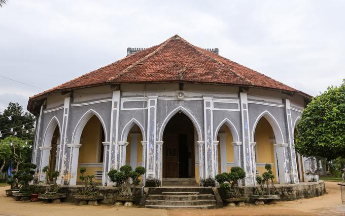Toàn bộ nhà thờ sơn màu xanh xám trải qua hơn trăm năm tồn tại.