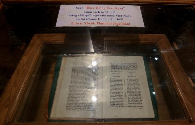 """Đặc biệt, trong hang đá còn lưu trữ cuốn sách """"Phép giảng tám ngày"""" (tựa Latinh: """"Catechismus"""") của Linh mục Alexandre de Rhodes được in tại Roma năm 1651. Đây là cuốn sách chữ quốc ngữ đầu tiên của Việt Nam.  Linh mục Alexandre de Rhodes là một nhà truyền giáo và nhà ngôn ngữ học người Pháp. Trong quãng thời gian dài sống ở Việt Nam, ông đã góp phần quan trọng vào việc hình thành chữ quốc ngữ."""