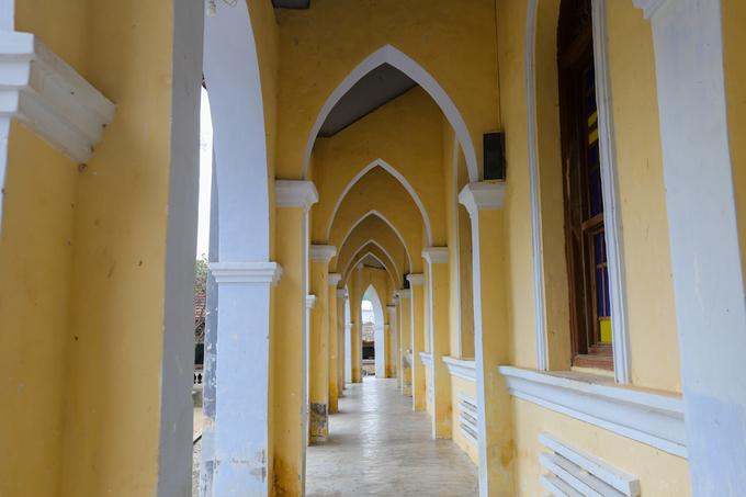 Bao bọc quanh nhà thờ là những lối vào hình mái vòm, trông như những búp măng.