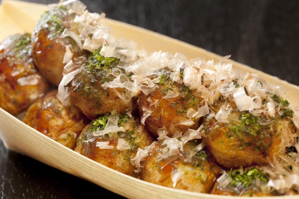 Những món ăn nổi tiếng ở Osaka phải kể đến là Takoyaki (bạch tuộc nướng) và bánh xèo Nhật Bản. Ảnh: Expja.