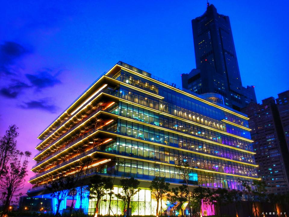 """Thư viện Cao Hùng (Kaohsiung Main Public Library): Không chỉ to và rộng, thư viện Cao Hùng còn sở hữu kiến trúc đẹp như một quán cà phê khổng lồ. """"Ghế sofa đặt ở khắp nơi, cạnh cửa sổ và những vị trí đẹp, khiến mình có thể cầm một quyển sách, gọi một cốc nước và ngồi đây cả ngày. Cảm giác vừa đọc sách, vừa ngắm cảnh vô cùng thú vị"""", Phạm Hải Hà, cựu du học sinh tại Đài Loan, chia sẻ."""