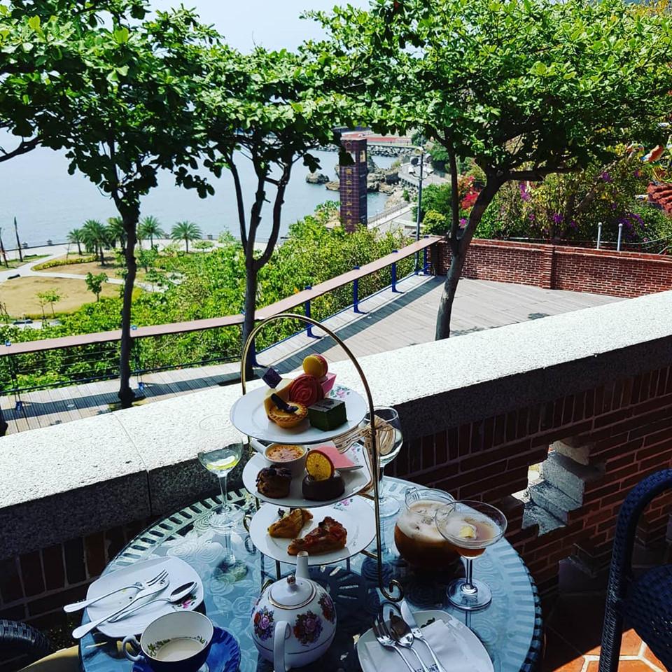 """Nếu muốn ngắm trọn vẹn cảnh đẹp của Vịnh Tây Tử và cảng Cao Hùng, các du khách không nên bỏ qua địa điểm này. Tại đây, bạn cũng có thể ghé thăm 2 quán cà phê với 2 phong cách khác nhau. Một kiểu bình dân, gọi đồ uống và ngồi ngoài vườn. Kiểu còn lại theo phong cách """"sang chảnh"""" trà chiều của Anh. Thời gian mở cửa từ 9-19h."""