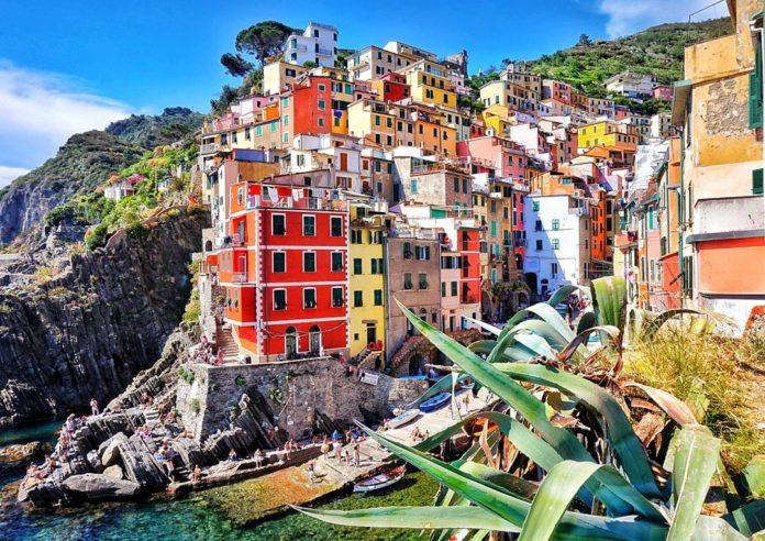 Manrola, Italy: Manrola như bức ảnh trên một trang tạp chí du lịch nổi tiếng. Những ngôi nhà tựa bức tranh điêu khắc văn hóa trên bức tường đá dọc theo bờ biển Địa Trung Hải quyến rũ. Cư dân ở đây chủ yếu là ngư dân. Họ nổi tiếng với loại rượu vang của riêng vùng này. Thị trấn Manrola cũng yên bình đến lạ với quy tắc cấm xe ôtô.