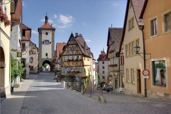 Rothenburg der Tauber, Đức: Rothenburg der Tauber là một thị trấn nhỏ ở bang Bavaria, Đức. Nơi đây từng nổi tiếng là trung tâm thị trấn thời trung cổ. Bức tường thành phố có từ thế kỷ 14 vẫn còn nguyên vẹn, chứng minh rằng dường như thị trấn này không bị ảnh hưởng bởi thời gian. Đến đây du khách có thể ghé thăm quảng trường mua sắm nhộn nhịp ở trung tâm thị trấn, tháp Tòa thị chính từ thế kỷ 13 hay Bảo tàng tội ác và trừng phạt, nhà thờ thánh Jacob.