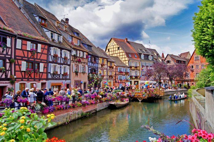 """Colmar, Pháp: Đã tồn tại hơn 1.000 năm, Colmar nổi tiếng với danh hiệu """"Venice của nước Pháp"""" nhờ mạng lưới đường thủy và những con phố từ thời Trung Cổ. Du khách đến Colmar phải ghé thăm ngôi làng Alsatian nổi tiếng với các loại rượu vang mang hương vị tinh tế hay các tiệm bánh địa phương cũng như chứng kiến kiến trúc Gothic quyến rũ của thị trấn nhỏ phía đông bắc nước Pháp."""