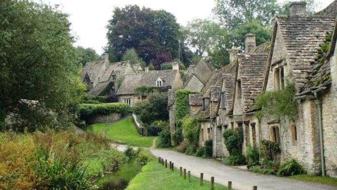 Bibury, Anh Quốc: Nép mình bên khu đồi xanh ngát của Cotswold, Bibury được biết đến là thị trấn xinh đẹp nhất của nước Anh. Thị trấn có niên đại hàng trăm năm tuổi. Nơi đây có những đồng cỏ xanh mướt bao quanh những ngôi nhà bằng đá cổ xưa. Thị trấn cổ tích Bibury sẽ khiến checklist cuộc đời của bạn thêm ý nghĩa.