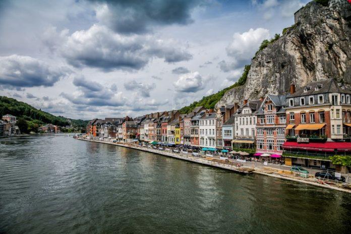 Dinant, Bỉ: Nằm giữa dòng sông Meuse và khu thành cổ, Dinant nổi tiếng với phong cách kiến trúc ấn tượng cùng khung cảnh hùng vĩ nhìn ra những ngọn núi. Du khách đến đây có thể tham quan thác nước Grotto of Dinant hay đến Sanctuary of Beauraing để nhâm nhi một tách cà phê trong khung cảnh của một trong những thành phố xinh đẹp nhất châu lục.
