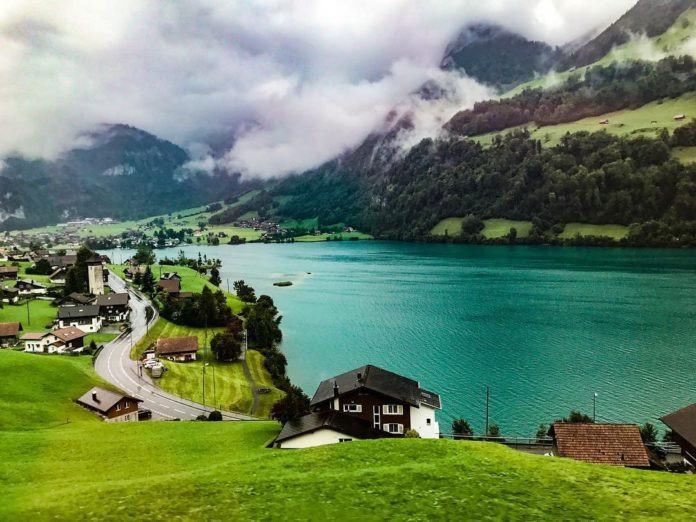 Lungern, Thụy Sĩ: Nằm bên bờ hồ đẹp như tranh vẽ, thị trấn miền núi Lungern hiện lên như trong một câu chuyện cổ tích. Nước ở hồ Lungern đáp ứng đủ chất lượng để uống trực tiếp. Đến đây, du khách có thể tắm hay đi bơi ở khu vực có bể bơi hoặc dạo bộ trên bãi cát quanh hồ.