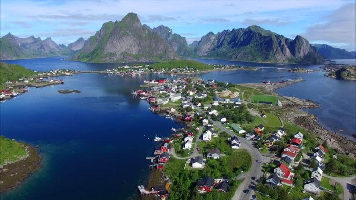 Reine, Nauy: Ngôi làng đánh cá nhỏ bé và xinh đẹp Reine nằm trong quần đảo Lofoten (một nhóm quần đảo tuyệt đẹp ở Bắc Cực). Với dân số chỉ khoảng 300 người, đây là nơi tuyệt vời để tận hưởng kỳ nghỉ dưỡng thanh bình, yên tĩnh và an yên cho tâm hồn.