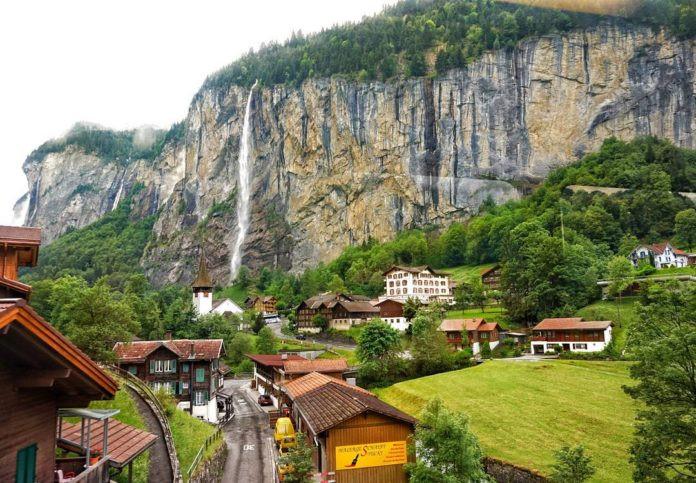 Lauterbrunnen, Thụy Sĩ: Lauterbrunnen nép mình bên thung lũng dãy Alps. Khu vực này có hơn 72 thác nước và thung lũng, đồng cỏ địa hình núi cao sống động cùng khu vực bảo tồn lớn nhất của Thụy Sĩ. Du khách đến Lauterbrunnen có thể trải nghiệm ngọn thác Staubbach cao 300 m hoặc thác băng Trummelbach với khung cảnh kỳ vĩ.