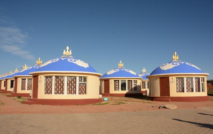 Nhà truyền thống của người Mông Cổ là lều. Với lối sống du mục, họ ít sống cố định nên khả năng dựng lều rất nhanh, chỉ khoảng 2 tiếng. Tuy nhiên, lều cho khách du lịch ở đây chủ yếu xây bằng gạch, cố định với đầy đủ tiện nghi, vừa để tránh gió lạnh, vừa tránh mùi đặc trưng so với lều truyền thống. Mỗi căn lều ở đây có giá cho thuê 350 - 500 tệ (1,2-1,8 triệu đồng) mỗi đêm.