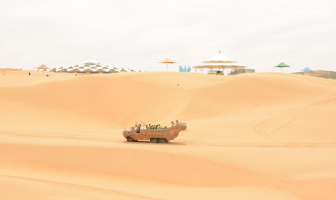 """Cách thảo nguyên Xilamuren 260 km là sa mạc Cát Bay, khu du lịch cấp 5A, cấp cao nhất của Trung Quốc. Tọa lạc tại trung tâm tam giác ba thành phố Hohhot, Bao Đầu và Ngạc Nhĩ Đa Tư, nơi đây còn được gọi là""""nút vàng"""" trên """"vành đai sông Hoàng Hà"""". Sa mạc có địa thế hình bán nguyệt, là một bức tường vọng âm lớn, với tên gọi cổ là sa mạc Vọng Âm."""